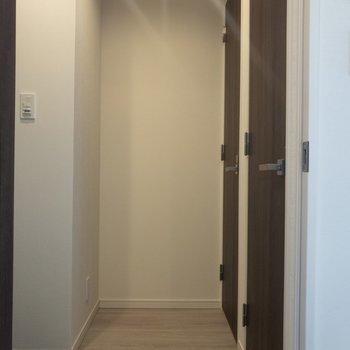 玄関はふたつの扉が......
