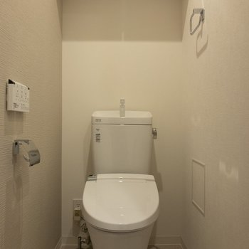 奥はウォシュレット付きトイレ、