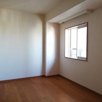 洋室にも窓があります