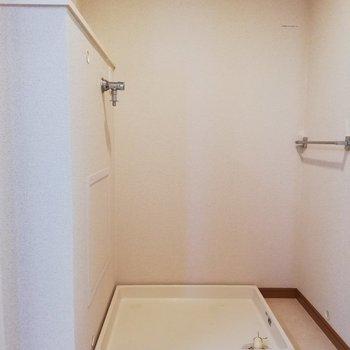 奥に洗濯機置場があります