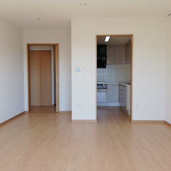 右がキッチン、左が廊下への入り口です