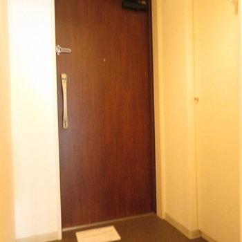 玄関もそれなりに広いです※写真は8階の同間取り別部屋のものです