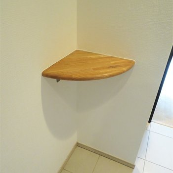 廊下の角にはこんな棚が。写真でも置きますか?それか小物入れ?