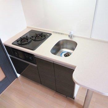 キッチン横に小さなカウンターが。
