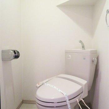 トイレは斜めに設置されています