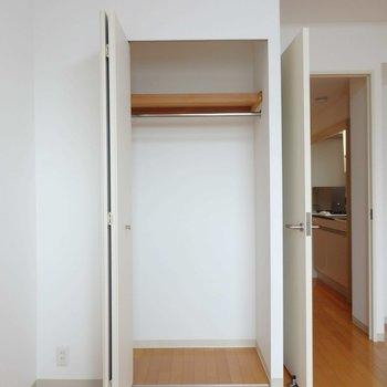 クローゼット、左に奥行きがあります。※写真は10階の同間取り別部屋のものです
