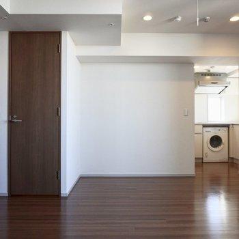 キッチンがお部屋の奥まった場所にあります。※写真は12階の同間取り別部屋のものです