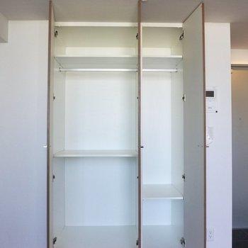 収納はハンガーがかけられるポールがついていて、スーツなどの服をかけて収納できるのが嬉しい!※写真は12階の同間取り別部屋のものです