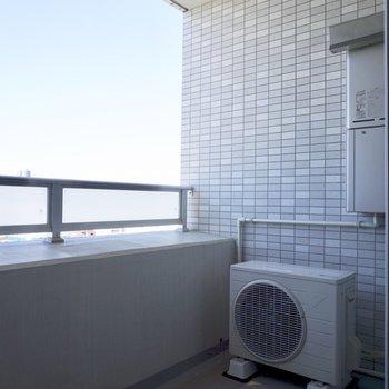 ベランダで洗濯スタンドを置いたら洗濯物が干せそうです。※写真は12階の同間取り別部屋のものです