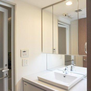 洗面台の鏡が広い!※写真は12階の同間取り別部屋のものです