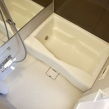 浴室の鏡も広い!追い焚き機能付きです。※写真は12階の同間取り別部屋のものです