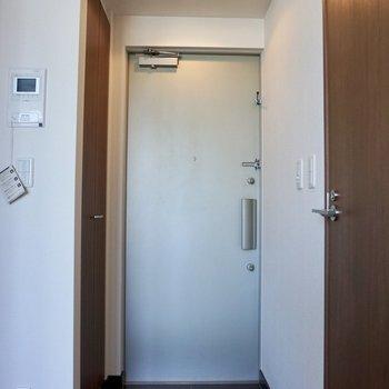 玄関はタイル張り。※写真は12階の同間取り別部屋のものです