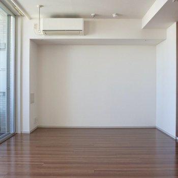 奥の壁にくっつけてにベッドが置けそう。※写真は12階の同間取り別部屋のものです