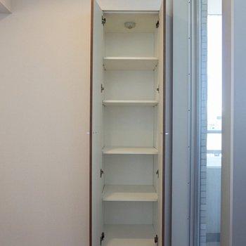 キッチンの手前にも少し収納がありました。※写真は12階の同間取り別部屋のものです