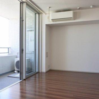 北西向きですが、窓の面積が広いので、明るいですよ♩※写真は12階の同間取り別部屋のものです