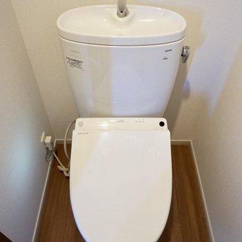 トイレは個室でウォッシュレットつきです〜。※写真は12階の同間取り別部屋のものです