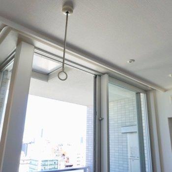 洗濯竿をかけられる器具が室内についているので、雨の日の洗濯も安心!※写真は12階の同間取り別部屋のものです