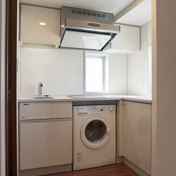 海外ドラマに出てきそうなキッチン。ドラム式洗濯機つき!!※写真は12階の同間取り別部屋のものです