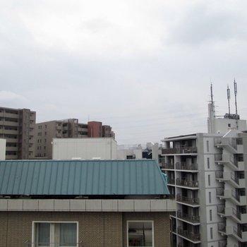 正面は、マンションなどですが左右は景色が広がっています。