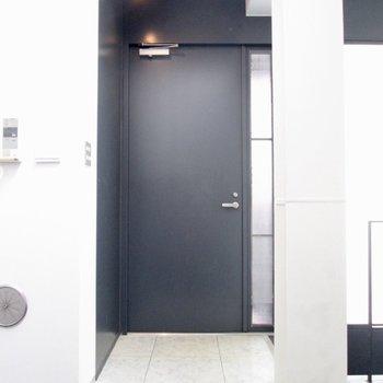 【LDK】玄関は少しコンパクトに。※写真はクリーニング前のものです