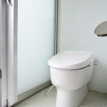 温水洗浄付のトイレ。※写真はクリーニング前のものです