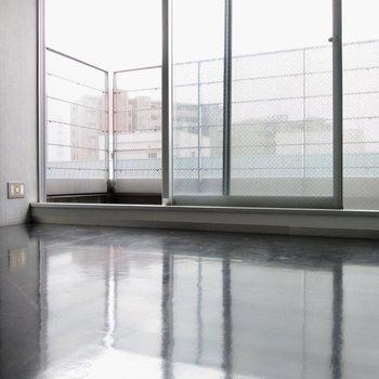 【洋6.5帖】床のツヤツヤ感がたまらないです。※写真はクリーニング前のものです