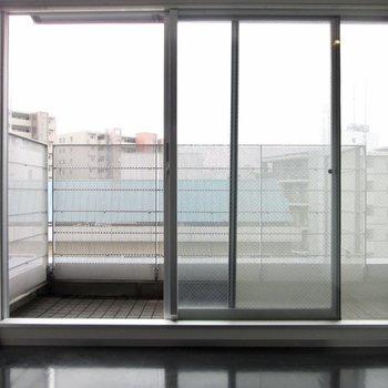 【洋6.5帖】大きな窓がある寝室。朝も光が入りそうだな。※写真はクリーニング前のものです