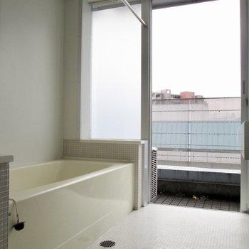 浴室からもバルコニーも行けちゃいます!※写真はクリーニング前のものです
