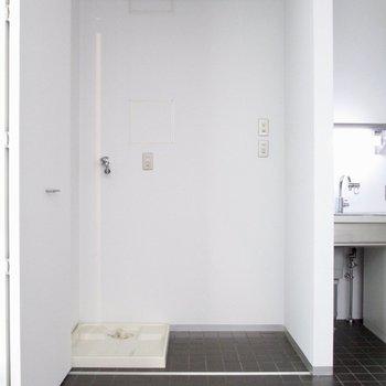 【LDK】冷蔵庫と洗濯機は扉で隠せます◯※写真はクリーニング前のものです
