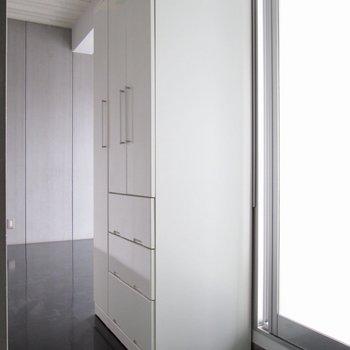 【洋6.5帖】収納は、廊下あたりにあります。※写真はクリーニング前のものです