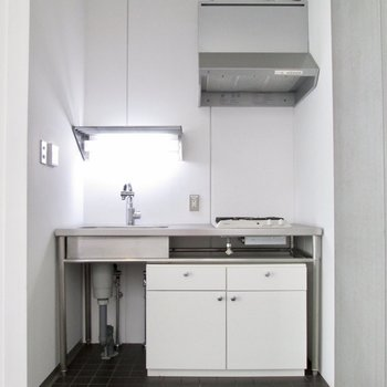 【LDK】キッチンもステンレスでクールに。※写真はクリーニング前のものです