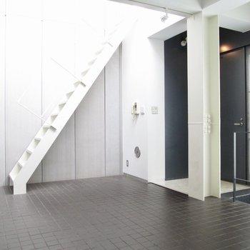 【LDK】ここにも階段が…上に行くと。※写真はクリーニング前のものです
