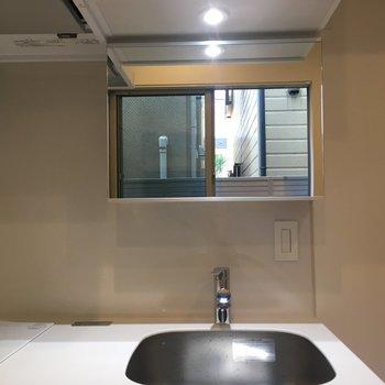 独立洗面台はありませんが、鏡はキッチンにあります。