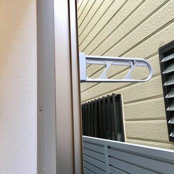 窓の外に物干し竿台ありますよ。
