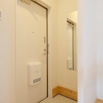 白いタイルに白い玄関ドアで統一感も◎