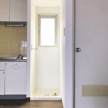 洗濯機はキッチンの隣に ※写真は通電前のものです