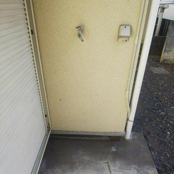 洗濯機置場は外にあります。