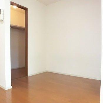 クローゼット側。※写真は2階の同間取り別部屋のものです