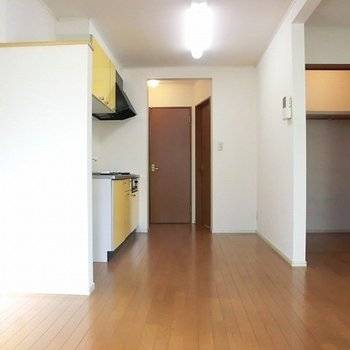 お部屋奥からの眺め。※写真は2階の同間取り別部屋のものです