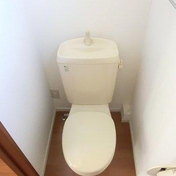 窓つきのトイレ。※写真は2階の同間取り別部屋のものです