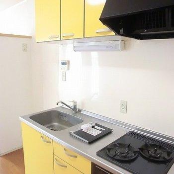 イエローのキッチン。グリルも嬉しい。※写真は2階の同間取り別部屋のものです