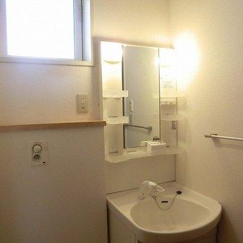 こちらにも窓!※写真は2階の同間取り別部屋のものです