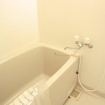 ゆったり浸かれるお風呂です。※写真は2階の同間取り別部屋のものです