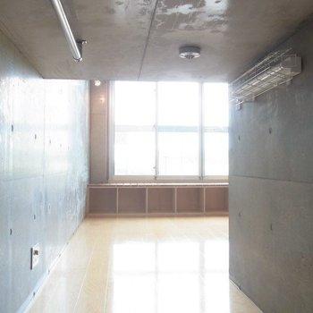 クローゼットにこもって。※写真は3階の反転間取りの別部屋のものです。