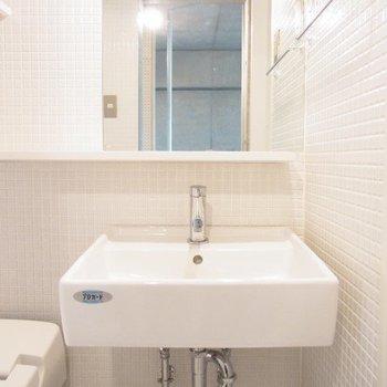 洗面台もタイルで清潔感のある空間に。※写真は3階の反転間取りの別部屋のものです。