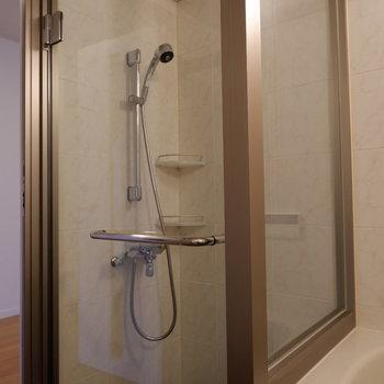 シャワーブースは扉で仕切られています。