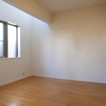 奥にはダブルベッドも置ける寝室スペースが。