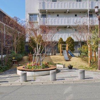 マンション北は、小さな公園。