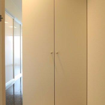 玄関には立派な靴箱が鎮座。※写真は2階の同間取り別部屋のものです