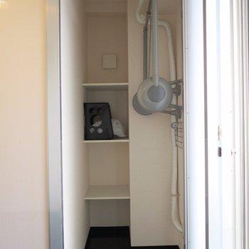 収納はコンパクトにまとめて。※写真は2階の同間取り別部屋のものです